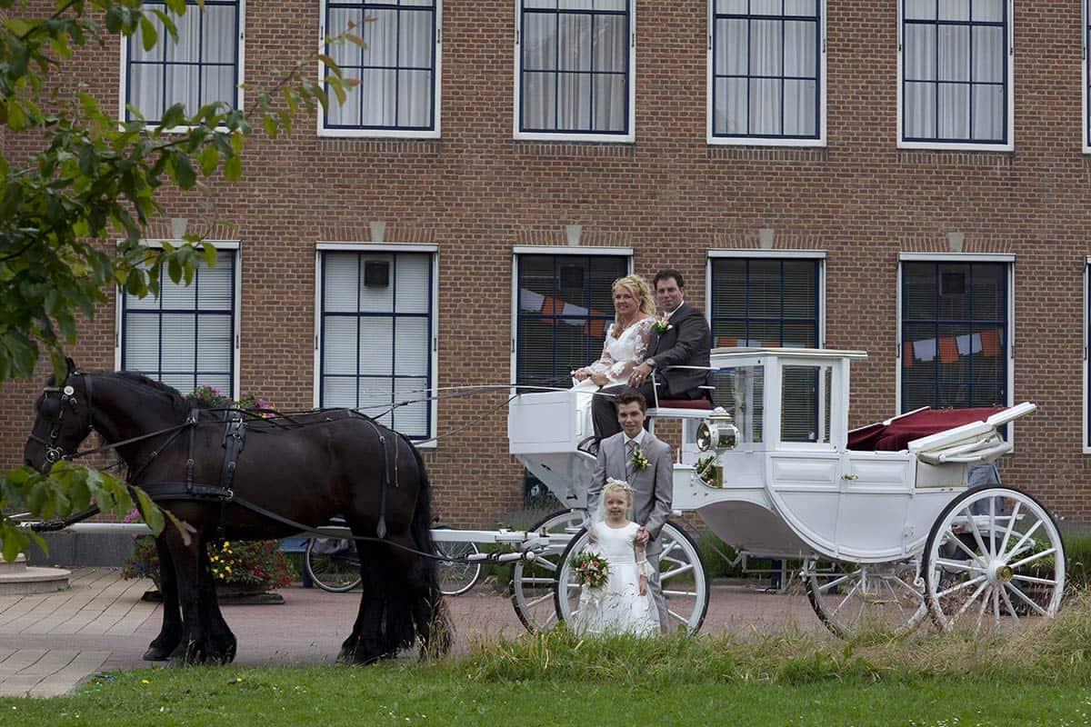 trouwfoto koets trouwkoets bruiloft trouwdag trouwen bruidsfoto