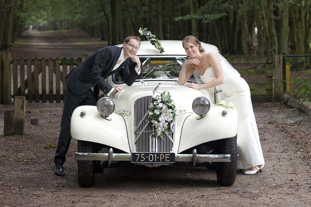 bruidspaar trouwauto trouwdag trouwen bruiloft
