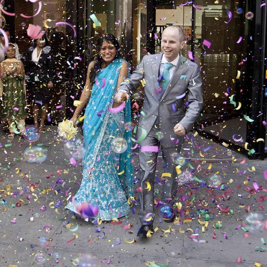 Confetti bij het Gemeentehuis na de huwelijksceremonie