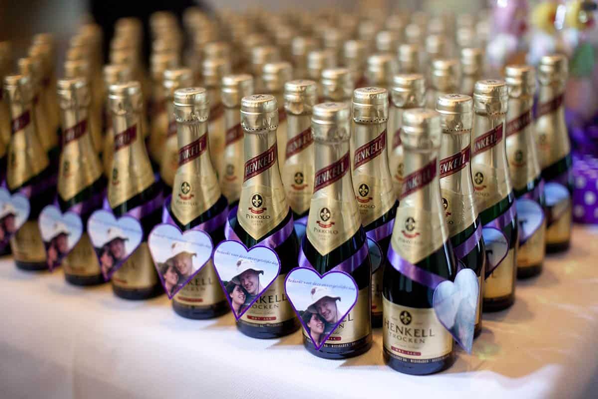 Flesje sekt als bedankje op de trouwdag