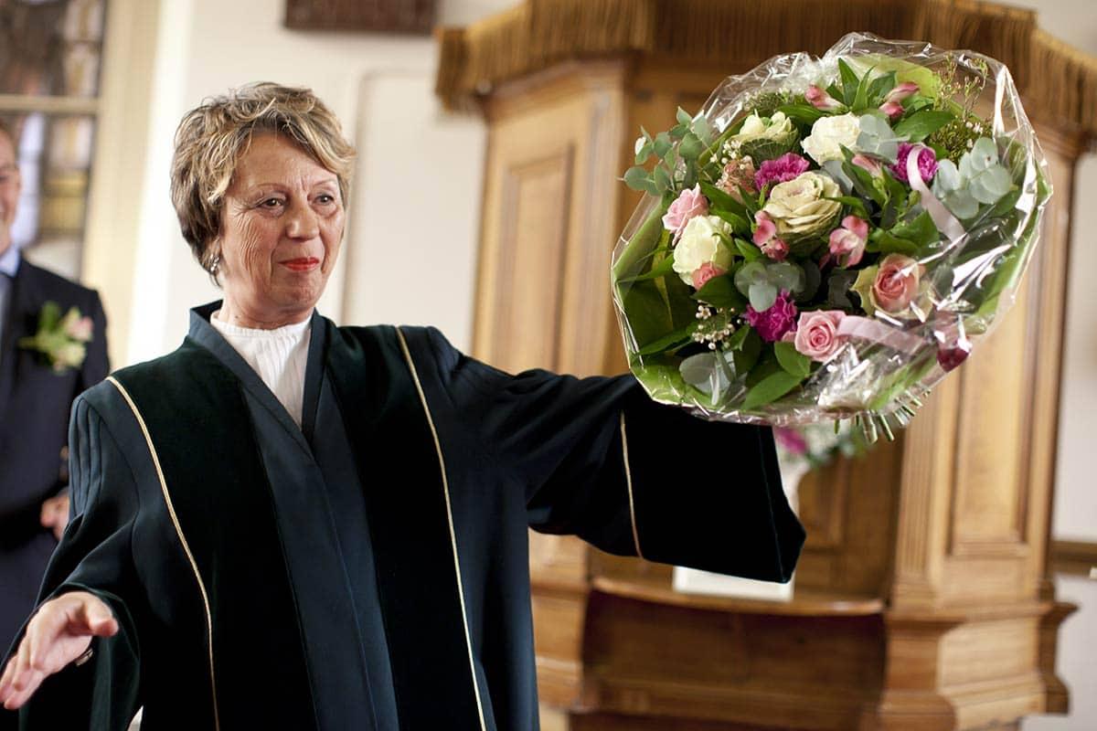 Een mooi gebaar: boeket bloemen voor de trouwambtenaar