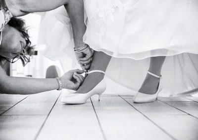 foto aantrekken trouwschoenen bruid