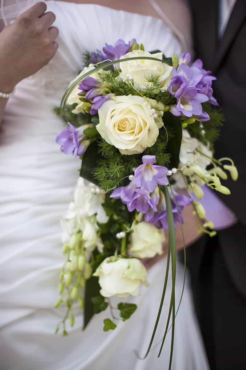 bruidsboeket rozen geel paars bruid bruidegom trouwfoto trouwfoto