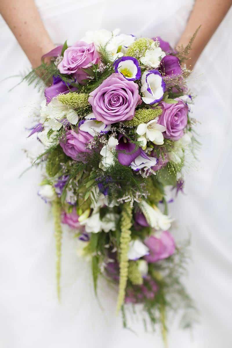 bruidsboeket voorbeeld paars roze rozen trouwfoto trouwreportage