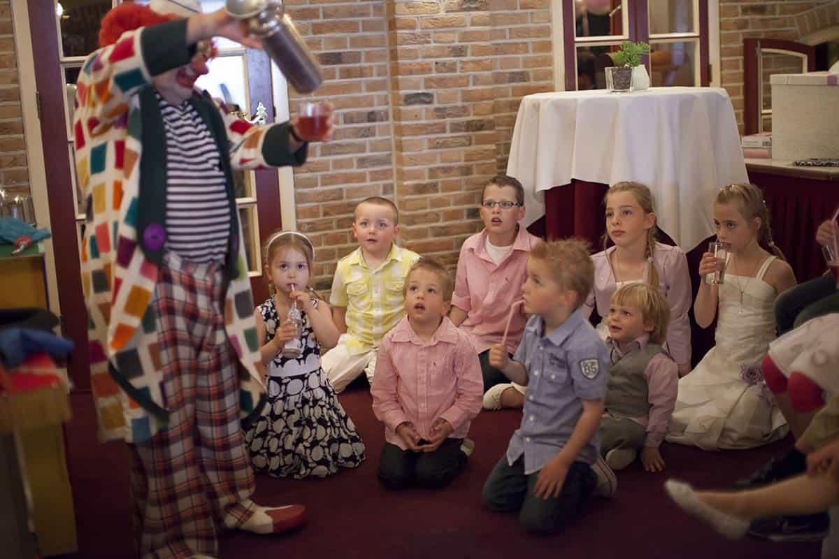 Clown op de bruiloft / leuk vermaak voor de kinderen op het trouwfeest