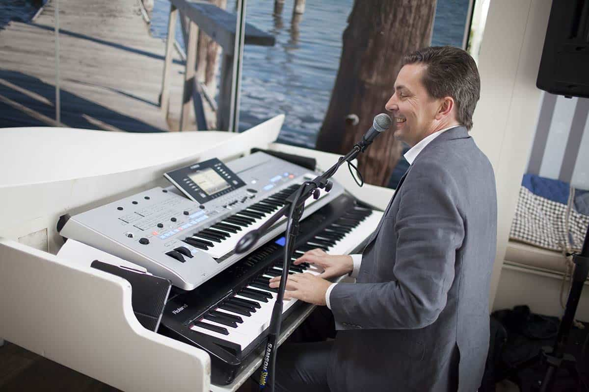 """Sfeervolle piano en zang van """"Fabulous Piano's"""" op de bruiloft"""
