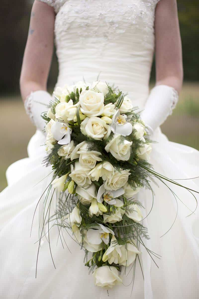 langwerpig bruidsboeket geel boeket trouwen trouwdag bruiloft trouwreportage