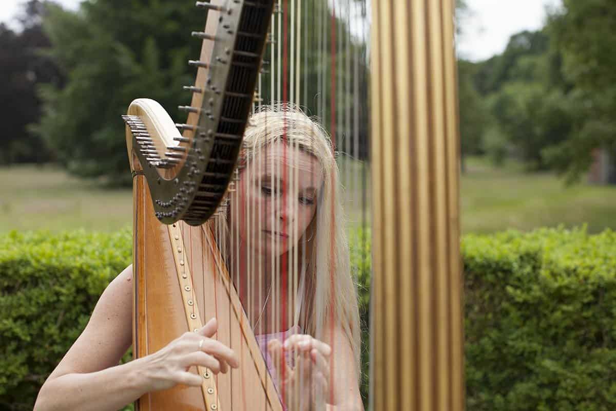 Lucia Wisse harpiste harp muziek bruiloft ceremonie trouwdag trouwreportage