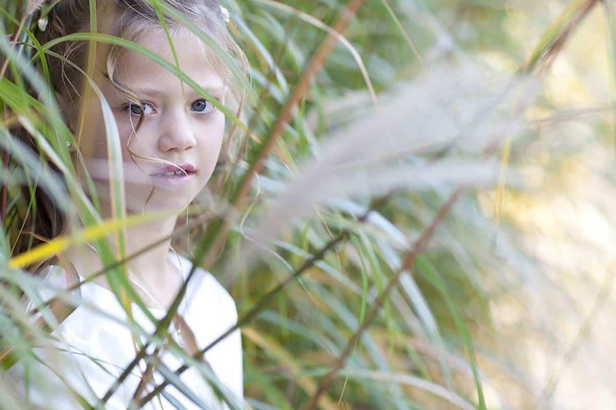 bruidsmeisje portret gras meisje portretten kinderen bruidsfotografie trouwreportage