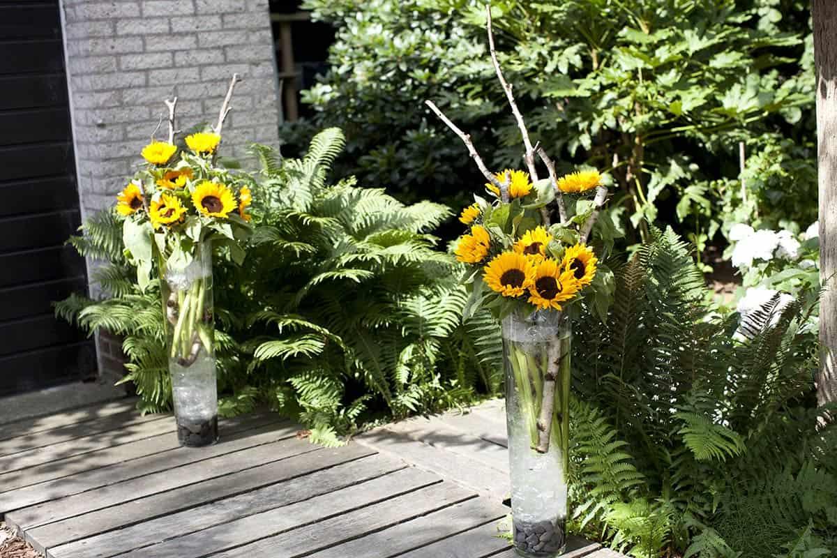 Thema zonnebloemen op de trouwdag