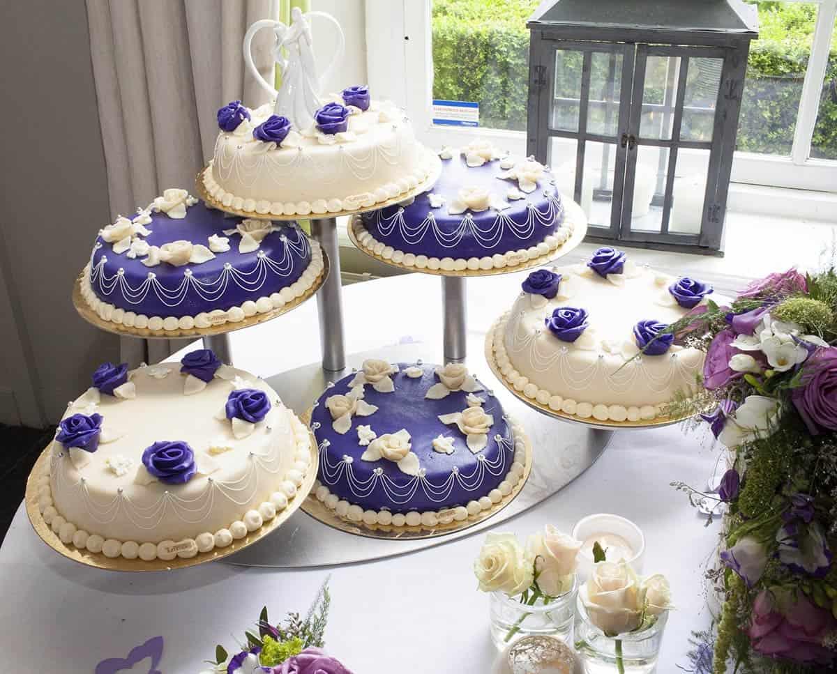 Mooie bruidstaart met paars accent