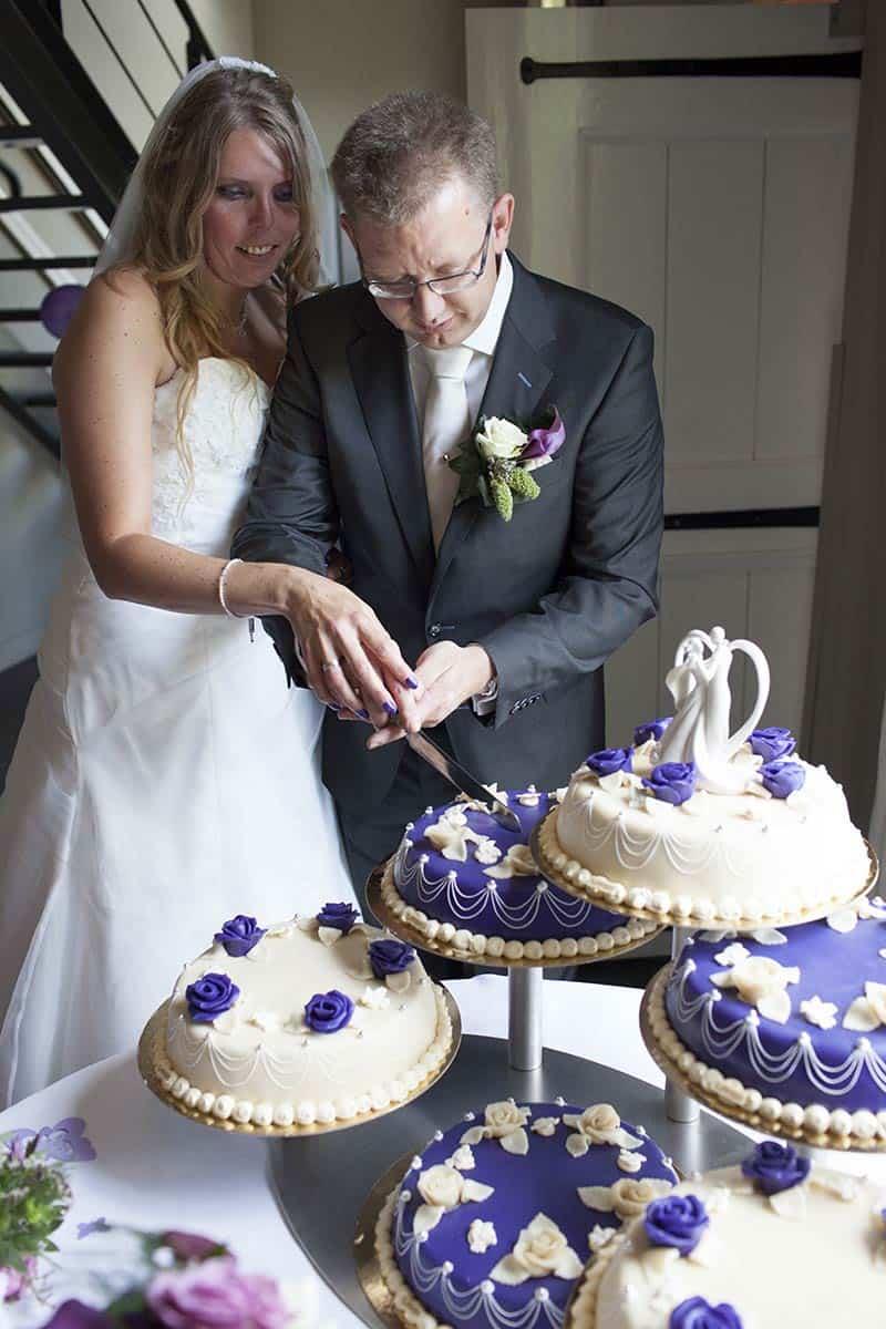 bruidstaart paars trouwfoto bruidsfotografie trouwreportage trouwdag bruiloft