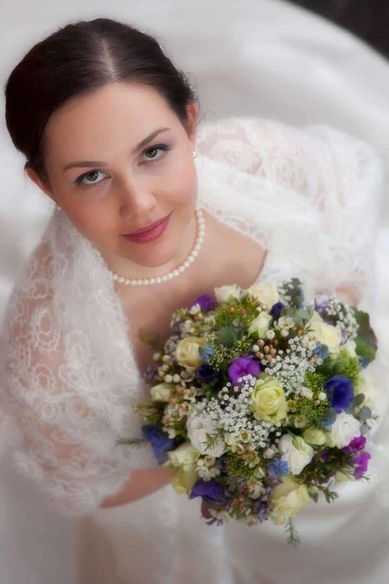 bruidsfoto bruid bruidsboeket van boven af bruidsfotografie Hoofddorp