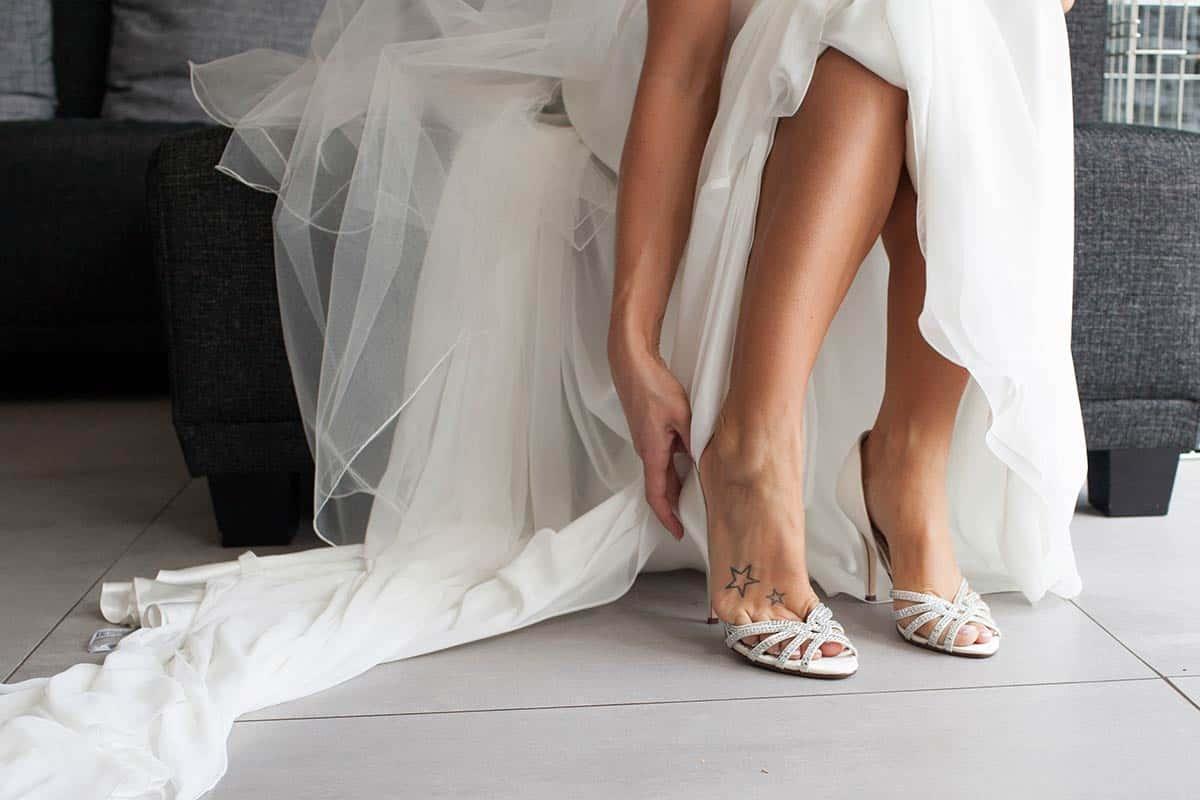 foto aantrekken bruidsfoto trouwfoto trouwschoenen