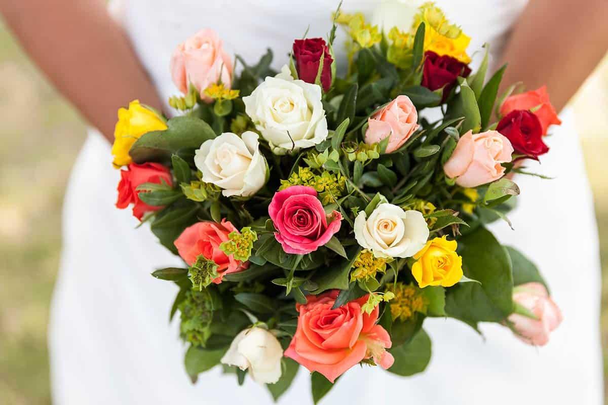 bruidsboeket trouwdag bruidsfotografie bont rozen kleurrijk