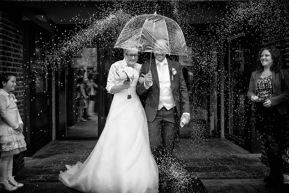 rijst gooien trouwdag bruiloft trouwen gemeentehuis trouwfoto bruidsfotografie paraplu