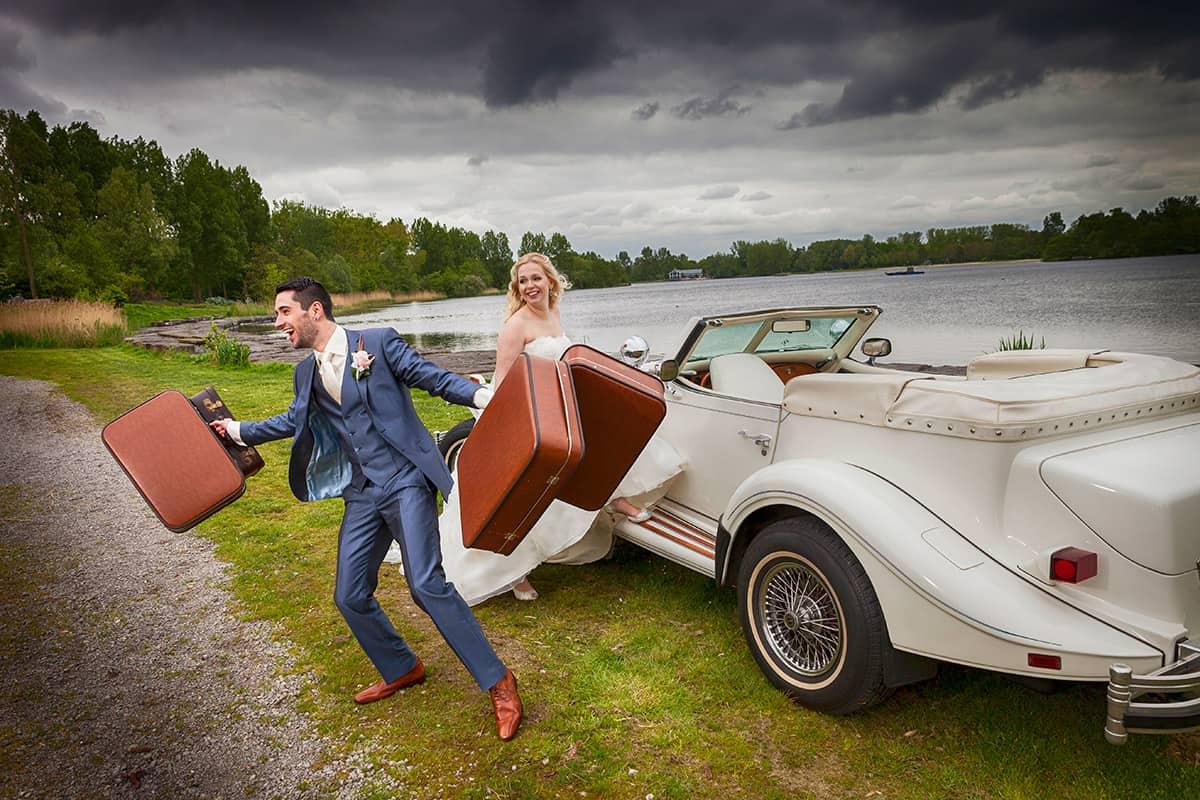 trouwfoto bruidsfotografie koffers vintage Hoofddorp Haarlemmermeerse Bos trouwreportage