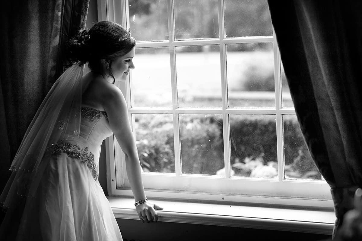 bruid bij raam bruidsfotografie
