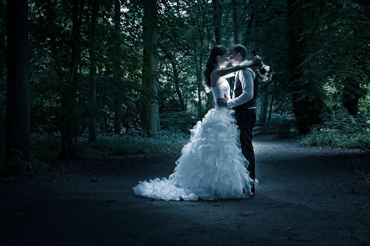 Spelen met licht bruidsfoto trouwreportages trouwfoto