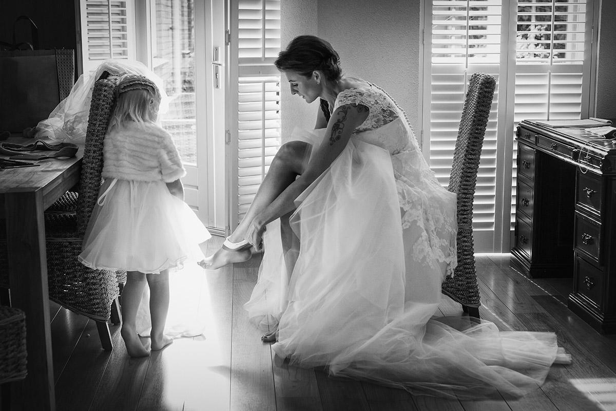 trouwfoto aankleden bruid trouwdag