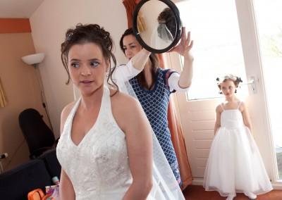 aankleden voorbereiding trouwdag bruidsfotografie trouwfoto