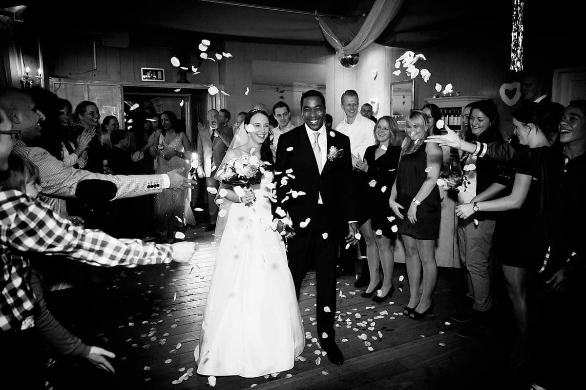 zwart-wit trouwfoto huwelijksceremonie