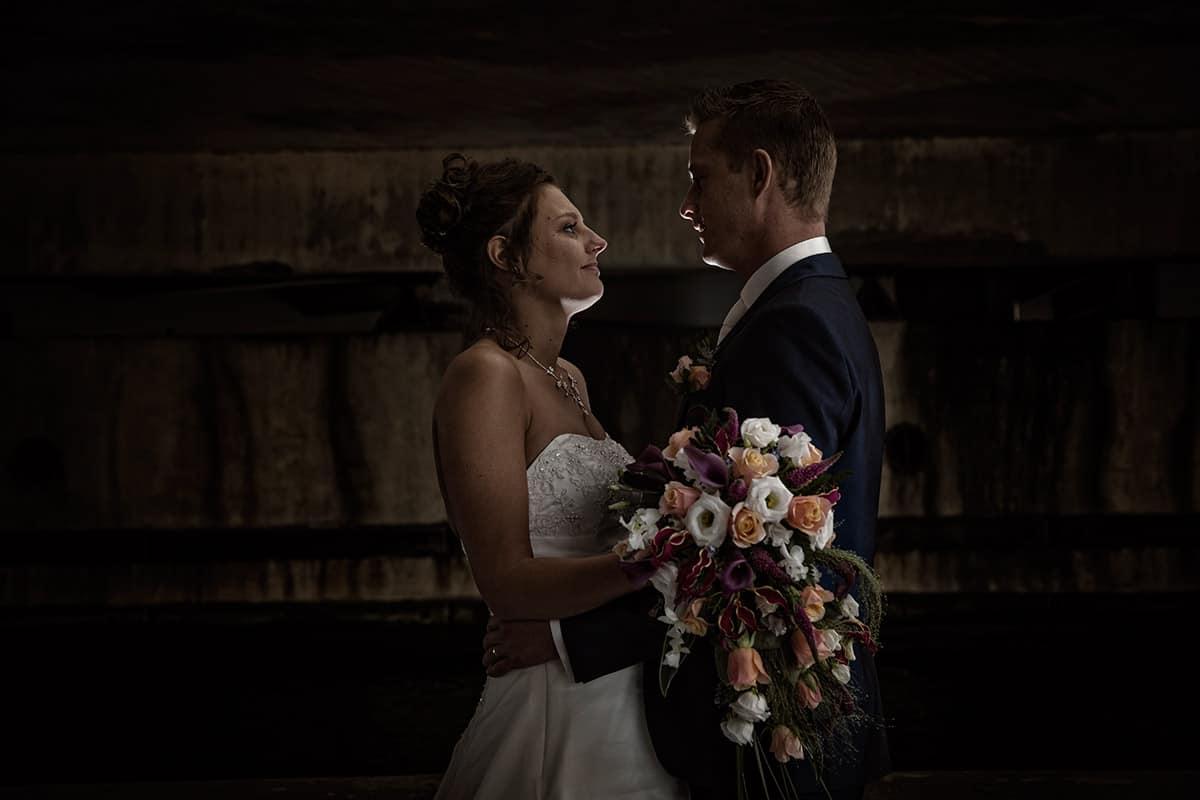 Bruidspaar onder viaduct