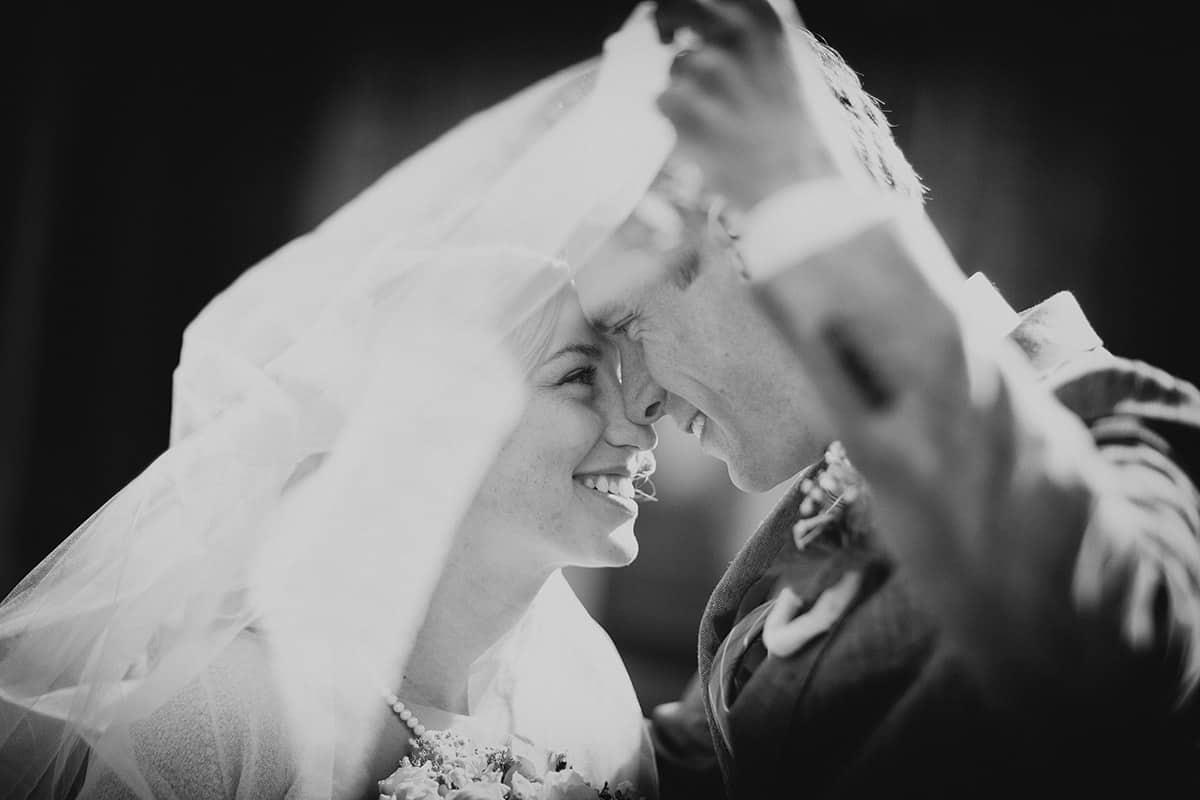 zwart-witfoto bruidspaar trouwdag